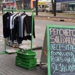 Perchero solidario en una verdulería de Vicente López