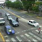 Una conductora embistió a un agente de tránsito y lo arrastró 400 metros