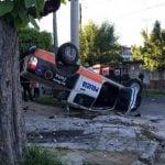 Presecución policial, choque y vuelco en Villa Maipú: tres policías heridos