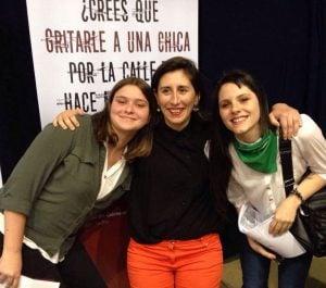 Las jóvenes Micaela San Martín y Candelaria Puccio junto a la docente Marina Carroli