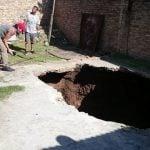 A una mujer se la tragó un cráter en el patio de su casa y está internada